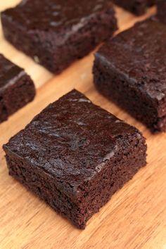 Brownies vegan faciles et sans sucre raffiné - vegan recipes dessert Healthy Vegan Dessert, Vegan Dessert Recipes, Vegan Breakfast Recipes, Brownie Recipes, Easy Healthy Recipes, Easy Meals, Bolo Vegan, Vegan Cake, Deutsche Desserts