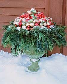 Decorar el jardín en Navidad no tiene porqué ser una tarea muy complicada. Sigue las instrucciones que te dejamos y crea una manualidad con hojas de pino y esferas para tu entrada o jardín.