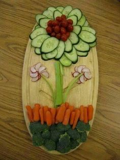 Easter Spring Veggie platter, flower vegetable platter, Best Easter food and craft ideas, food veggies Veggie Platters, Veggie Tray, Veggie Display, Vegetable Trays, Veggie Food, Vegetable Garden, Vegetable Design, Veggie Snacks, Vegetable Salad