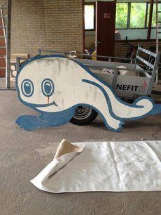 Na een flinke renovatie / modernisering van het toenmalig gemeentelijk zwembad Reinvoorde kwam werd deze walvis het logo van zwembad 'de Wervel' Logo, Logos, Environmental Print