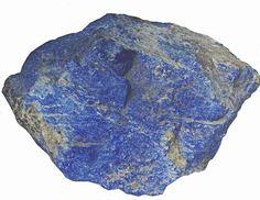 Nieoszlifowana bryła lapis lazuli.