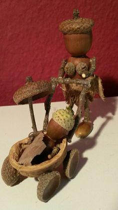 Mutter mit Kinderwagen und Hund Herbstdeko, basteln aus Eicheln, Walnüssen und Stöckchen