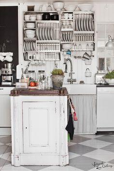 Dans un décor campagnard, il ne faut pas hésiter à étaler les objets, surtout si l'espace et les commodités font défaut.