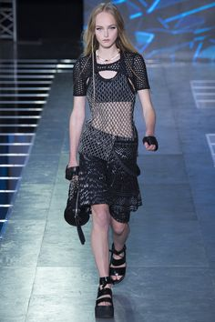 See the complete Louis Vuitton Spring 2016 Ready-to-Wear collection.