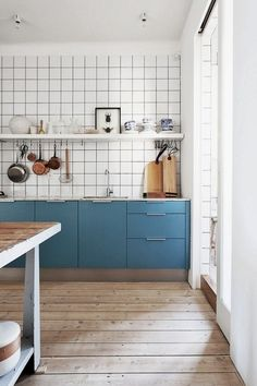 Blue cabinets, white tiles with dark grout Kitchen Tiles, New Kitchen, Kitchen Dining, Kitchen Decor, Kitchen Cabinets, Blue Cabinets, Kitchen Colors, Upper Cabinets, Kitchen Modern