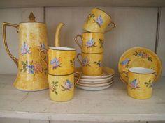 www.ruevintage74.com Juego de café de porcelana checa de los años 20 para 6 personas.  Se compone de 6 platitos, 5 tacitas y...