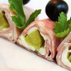 Cheese, Yummy Roll Ups, Yummy Ham, Pickle And Cream Cheese Roll Ups For An Appetizer Or A Party! Secure The Roll Ups With Toothpicks, And Cut Them Into Bite Size Pieces. I would use turkey! Pickle Roll Ups, Ham Roll Ups, Pickle Wraps, Tapas, Easy Snacks, Easy Meals, Cream Cheese Roll Up, Ham Wraps, Homemade Ham