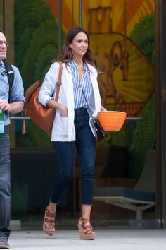 New Style Casual Jessica Alba Los Angeles Ideas Blue Striped Shirt Outfit, Blue Shirt Outfits, White Blazer Outfits, Outfits Con Camisa, Outfits With Striped Shirts, Blue And White Striped Shirt, Blue Stripes, Street Style 2016, Casual Street Style