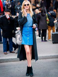 Para um look mais fino no inverno, o cardigã alongado e cores sóbrias são apostas certeiras para combinar com a saia jeans