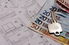 schlüssel und euroscheine auf einem architektenplan