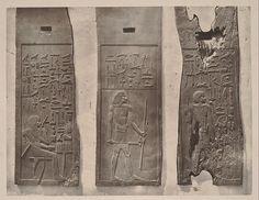Relieves de la Tumba de Hesiré, Saqqarah, III Dinastía. El Cairo, Museo Egipcio. En el primero está ante la mesa de ofrendas, ataviado con una capa y una corta peluca rizada, llevando en su hombro derecho los útiles de escriba y en la mano izquierda un fino bastón. En el segundo, esta de pie con la pierna izquierda adelantada, ataviándose con una larga peluca y una falda corta sujeta con cinturón. En la mano izquierda lleva una larga vara y los útiles de escriba, en la derecha el cetro…