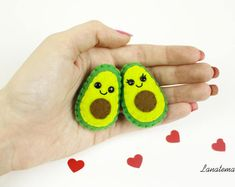 Spille avocado, regalo per coppia, set 2 spille innamorati, fatte a mano, anniversario, avocado feltro, regalo unico, ti amo, pannolenci Felt Keychain, Felt Christmas Decorations, Couple Gifts, Felt Crafts, Hand Stitching, Making Out, Gifts For Friends, Hand Sewing, Burlap