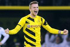 Astro #snake Reus hat seinen Vertrag bei Borussia Dortmund bis 2019 verlängert. Klares Zeichen in der großen Krise: Reus bleibt Borussia Dortmund #treu. Er verlängert seinen 2017 auslaufenden Vertrag um zwei Jahre. Wie der BVB bekannt gab, enthält der neue Kontrakt keine Ausstiegsklausel. Damit erteilt der 25-Jährige auch dem FC Bayern München und Real Madrid, die lange Zeit um den Offensivspieler gebuhlt hatten, eine Absage. https://twitter.com/woodyinho/status/565121421106774016/photo/1