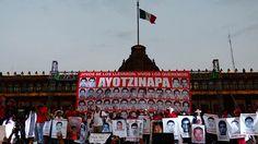 """Pasados 175 días de la desaparición de los 43 estudiantes en México, sus familiares realizaron una """"toma simbólica"""" de varias embajadas en el Distrito Federal para presentar ante las delegaciones diplomáticas extranjeras su preocupación por la falta de resolución del caso."""