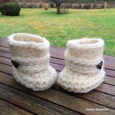 Crochet Baby Uggs by BautaWitch Free pattern - works perfectly with DROPS Eskimo!b botita crochet Crochet Baby Boots, Crochet Slippers, Crochet For Kids, Diy Crochet, Baby Uggs, Yarn Crafts, Crochet Projects, Crochet Patterns, Knitting