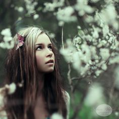 I like the pale coulors in this photo, it gives it a soft, fairytale look. The way that only the girls face is in focuss, the rest of the surroundings blurred gives it a nice focus. I like the butterfly in her hair, it puts a little extra, makes her slightly more intersting.