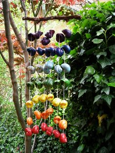 Windspiel aus Schneckenhäusern für den Garten oder Balkong / Wind chime for garden or balcony made from snail shells made by Hartman-Ivan via DaWanda.com #windspiel #garten #dekoration #balkon #draussen #bunt #snails #shells #windchime #hanging #decoration