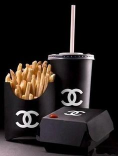 Expensive Burger and fries Mademoiselle Coco Chanel, Back To Black, Black And White, Mode Chanel, All Black Everything, Happy Colors, Steam Punk, Black Is Beautiful, Karl Lagerfeld