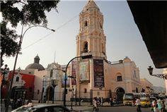 Visite el Convento de Santo Domingo de Lima.  El Convento de Santo Domingo de Lima o también Convento del Santísimo Rosario o Basílica Menor, es un lugar que no puede dejar de visitar si está realizando un tour por el Centro de Lima. Pertenece a la Orden de Predicadores (Orden Dominicana) y fue fundado en el año 1535. Su construcción se realizó a mediados del siglo XVI.
