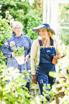 These GardenGirl Denim full length dungarees give you full upper and lower protection and lots of pockets for your garden hand tools.