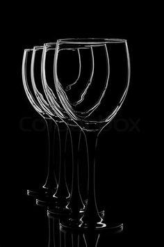 Billede af 'abstrakte billeder af vinglas på sort baggrund'