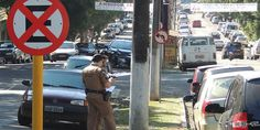 Motoristas são multados por estacionamento proibido no centro da cidade - http://projac.com.br/noticias/motoristas-sao-multados-por-estacionamento-proibido-no-centro-da-cidade.html