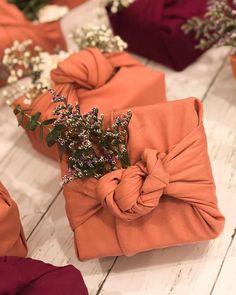 تغليف هدية ♦๏~✿✿✿~☼๏♥๏花✨✿写 ☆ ☀❁~⊱✿ღ~❥ ༺♡༻ WE Sep 26, 2018 ༺♡༻ 💥⊰~ ♥⛩☮️ •❋•☸️ॐ✿ڿڰۣ(̆̃̃❤⛩✨真 .•`h❀ฬ ❁↠๏~✿✿✿~๏♦ Creative Gift Wrapping, Creative Gifts, Japanese Gift Wrapping, Wrapping Gifts, Gift Wrapping Tutorial, Furoshiki, Bohemian Style Bedrooms, Fabric Gifts, Gothic Accessories