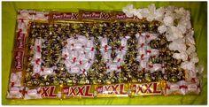 Obraz z batoników,wafelków,cukierków,Całość tworzy napis LOVE.