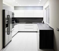 Czarno-biała kuchnia, kuchnia w czerni i bieli, nowoczesna kuchnia. Zobacz więcej na: https://www.homify.pl/katalogi-inspiracji/28511/kuchnia-w-czerni-i-bieli-6-przykladow