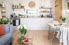 cozinha-americana-branca-com-prateleiras