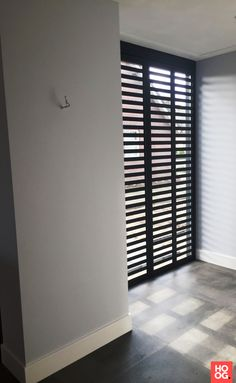 - Fractions – Structuur zwart metallic - Hoog ■ Exclusieve woon- en tuin inspiratie. Interior Design Living Room, Interior Design Trends, Living Dining Room, Window Grill Design Modern, Inside A House, Home Decor, House Interior, Doors Interior Modern, Indoor Shutters