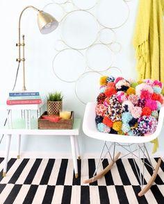 Me bateu uma saudade de fazer pompons quando vi essa almofadinha. Inspiração de domingo! ;) #pompom #pink #almofada #decoração #euamofazerartesanato