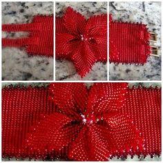 Pulseira confeccionada no tear com aplique de flor em brik stitch.