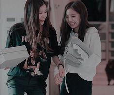 I love so mush these two Cute Korean Girl, South Korean Girls, Korean Girl Groups, Lisa, Yg Entertainment, Aquarius, My Girl, Cool Girl, Happy Birthday Template