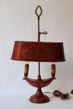 Lampe bouillotte à deux lumières en tôle peinte sur fond corail