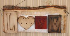 Placa em madeira de demolição com tema LOVE, arte moderna.