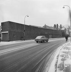 De Prins Bernardstraat met aan de overzijde de annex voorbouwhal 2. Verhuizing Decorcentrum 1972, NTS, Archief Beeld en Geluid,