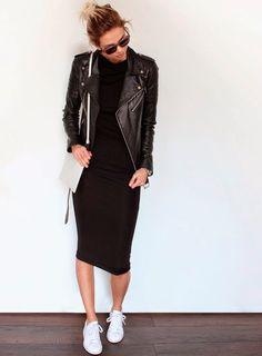 Vestido preto midi com jaqueta biker de couro + tênis branco.