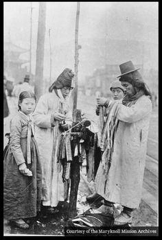 길거리 상인과 소녀...1940년대 평양시내