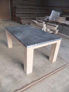 Tafel met een blad van zink, type Lancaster.    De afmetingen van de tafel zoals afgebeeld zijn L160 / B100 / H78 en de tafel is van steigerhout en heeft een blad van zink. Het blad is behandeld waardoor hij een andere uistraling en kleur heeft dan onbehandeld zink. Hierdoor krijgt de tafel een matte en stoere uitstraling.     Kosten tafel zoals afgebeeld  € 350 Incl BTW.