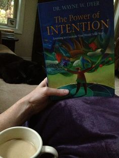 Awww, kitteh! What do you think your cats intentions are, @kristibellis? #fridayreads