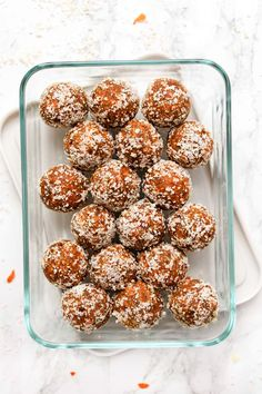 These healthy CARROT CAKE bites remind you of an indulgent slice of cake, but are actually good for you! They're vegan, no-bake and seriously delicious! Healthy Office Snacks, Clean Eating Snacks, Healthy Sweets, Healthy Food, Healthy Carrot Cakes, Cake Bites, Savoury Cake, Healthy Baking, Raw Vegan