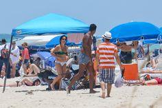 De biquíni, Gloria Pires curte praia em Miami
