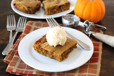 Looking for easy pumpkin dessert recipes? Make this Ooey Gooey Caramel Pumpkin Blondies. Satisfy your sweet cravings by topping it with a scoop of vanilla ice cream! Just Desserts, Delicious Desserts, Dessert Recipes, Yummy Food, Pumpkin Blondies Recipe, Pumpkin Brownies, Pumpkin Bars, Pumpkin Pumpkin, Pumpkin Ideas