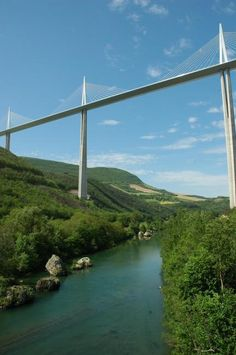 Le viaduc de Millau, crosses River Tarn in southern France