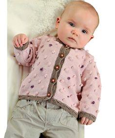 De to søde trøjer og den helt enkle hue er strikket i lækkert, blødt garn. Trøjen med knapper kan laves uden bobler, så begge modeller kan passe til både piger og drenge.