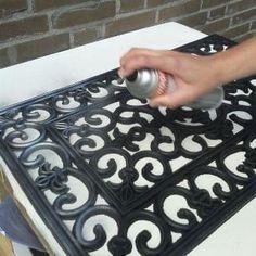 Stap 2: Spuit de deurmat in met zilververf en laat de deurmat goed drogen.