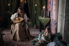 Irene Escolar intrpretando a la Infanta Juana de Castilla, futura Juana I de Castilla, tocando el laud para su hermana pequeña, Catalina de Aragón, futura esposa de Enrique VIII de Inglaterra.
