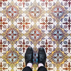 75018 - Rue Lepic #parisianfloors#ihavethisthingwithfloors#fromwhereistand#selfeet#feetmeetfloors#tiletheworld#paris#montmartre#tiles#floor#carrelage#mosaic#pattern#design#interiordesign#artdeco#architecture#shoes#hudsonshoes by parisianfloors