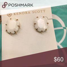 New Kendra Scott Harlow earrings! Beautiful earrings by Kendra Scott - white pearl/gold - dustbag included! Flawless! Kendra Scott Jewelry Earrings